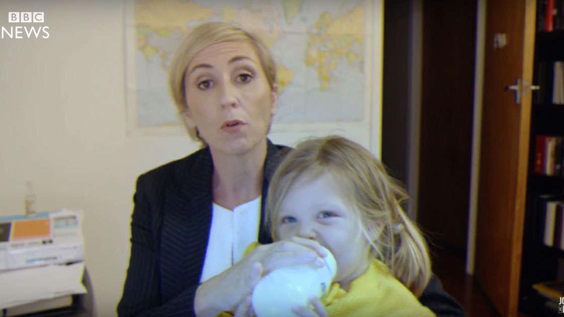 Ta mama pokazuje, jak radzić sobie z dziećmi w czasie videkonferencji podczas pracy zdalnej!