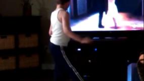 Kilkuletni chłopiec zna na pamięć choreografię z Dirty Dancing i wiernie ją odtwarza!