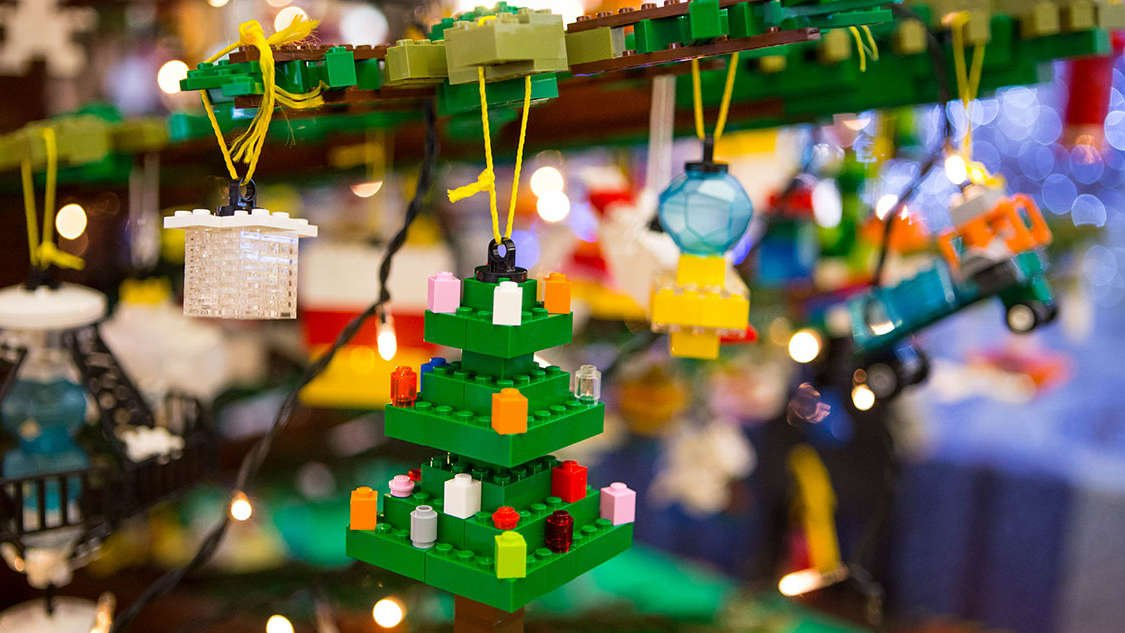 6-metrowa choinka z klocków LEGO stanie wkrótce w Warszawie. Twoje dziecko może ją udekorować!