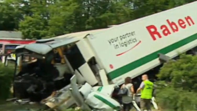Autokar z dziećmi wracającymi z Zakopanego zderzył się z ciężarówką. Są ranni