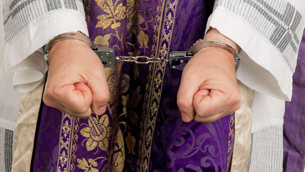 Szok po wyroku w sprawie księdza oskarżonego o molestowanie dzieci! Nie pójdzie do więzienia!