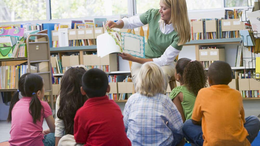 Czy 300 Plus wydamy na książki dla uczniów? Szkołom nie starczy pieniędzy na ich zakup