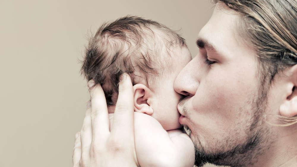 Nie musisz po od razu po narodzinach dziecka wykorzystać urlopu ojcowskiego! Ojcu przysługuje zwolnienie lekarskie na opiekę nad matką po porodzie