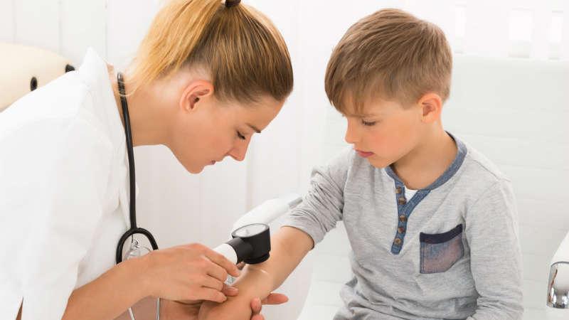 Zauważyłaś wybroczyny na skórze dziecka? Mogą świadczyć o poważnej chorobie!