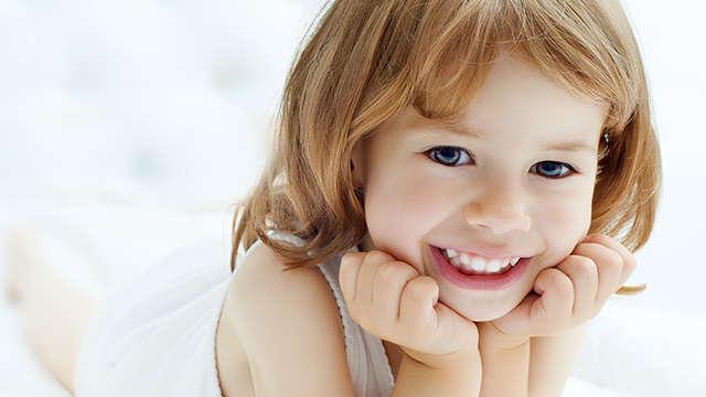 Szczotkowanie to nie wszystko. O czym należy pamiętać, aby prawidłowo zadbać o zęby dziecka?