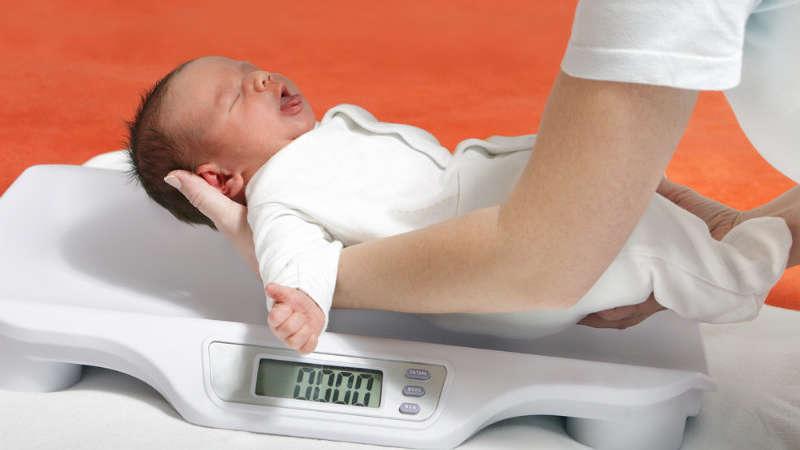 Kilka rzeczy, które musisz wiedzieć o przybieraniu na wadze niemowląt i noworodków