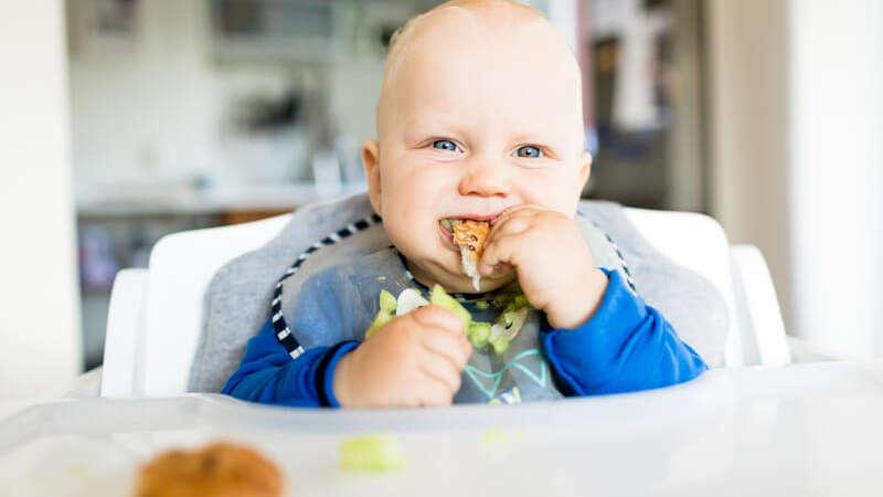 Rozszerzanie diety niemowlaka krok po kroku. Czas na nowe smaki i konsystencje w menu dziecka!