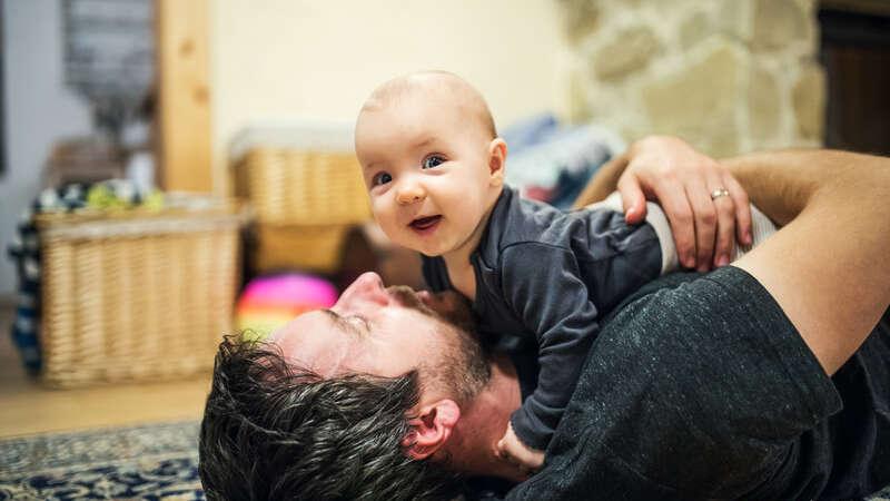 Urlop rodzicielski dla ojców i dodatkowe 5 dni urlopu rocznie: nowa dyrektywa UE daje rodzicom więcej praw