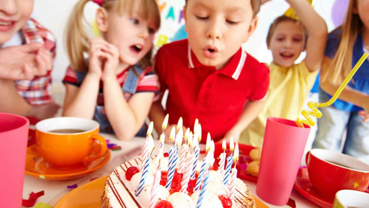 Pieniądze jako prezent urodzinowy dla przedszkolaka? Nowy trend jednych zachwyca, a innych żenuje