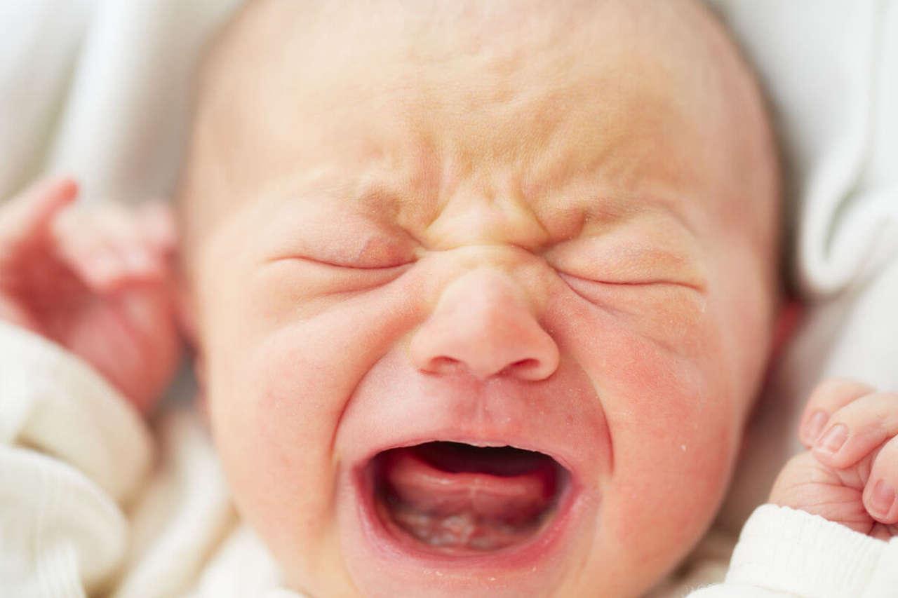 Dlaczego dziecko płacze przy karmieniu?