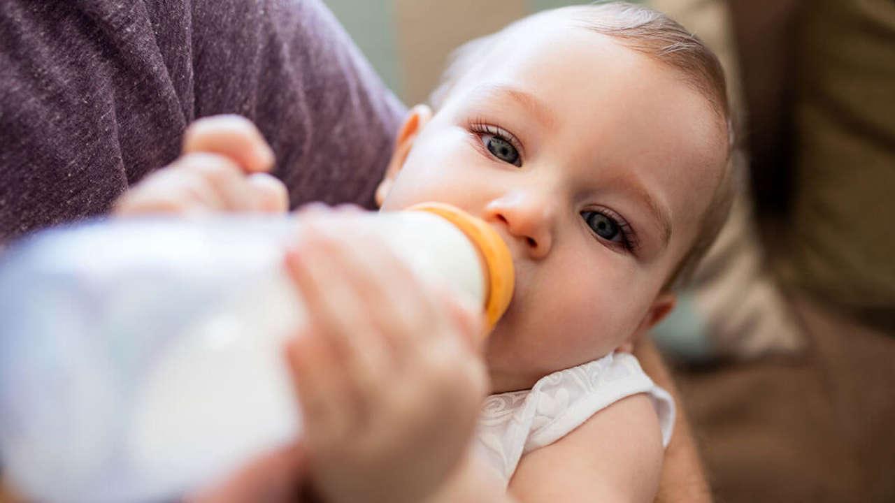 Zagęszczanie mleka: Czym, kiedy i w jakich proporcjach zagęszczać mleko modyfikowane i mleko matki?