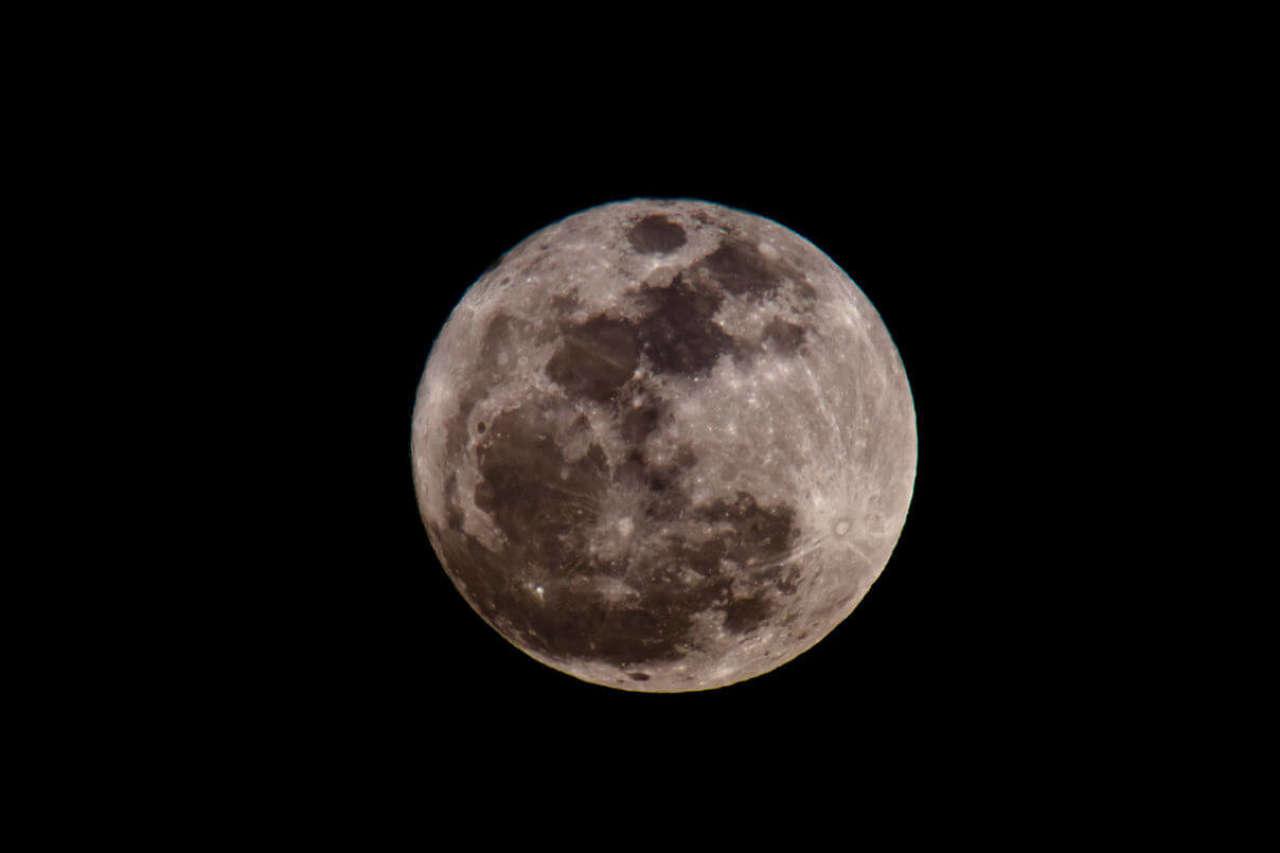 Pełnia a poród: Czy istnieje wpływ faz księżyca na termin porodu?