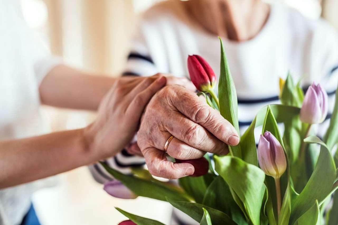Życzenia na 80 urodziny: wzruszające, krótkie życzenia dla babci, dziadka i nie tylko…