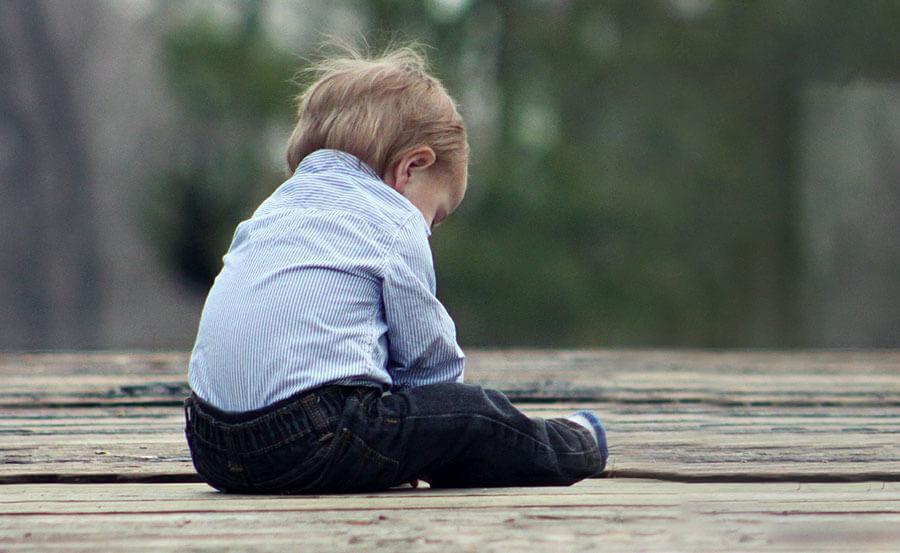 Synek bawi się siusiakiem