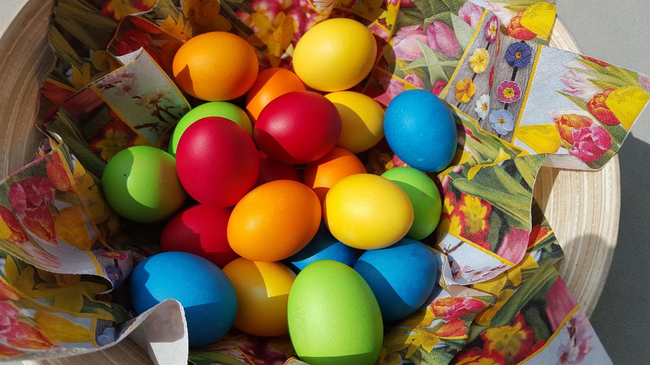 Naturalne barwniki do jajek – znajdziesz je w kuchni!