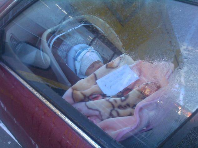 Mama zostawiła niemowlaka w samochodzie i poszła na zakupy