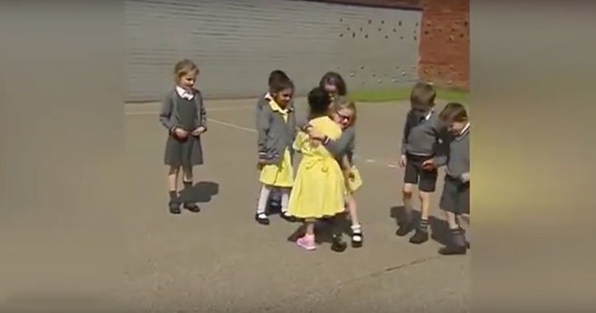 Ta reakcja dzieci na 7-latkę, której amputowano nogę przywraca wiarę w ludzi