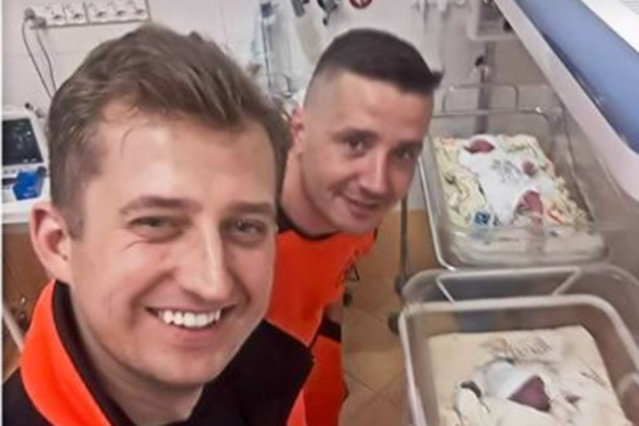 Post ratowników, którzy w karetce odebrali poród bliźniaków stał się hitem na Facebooku