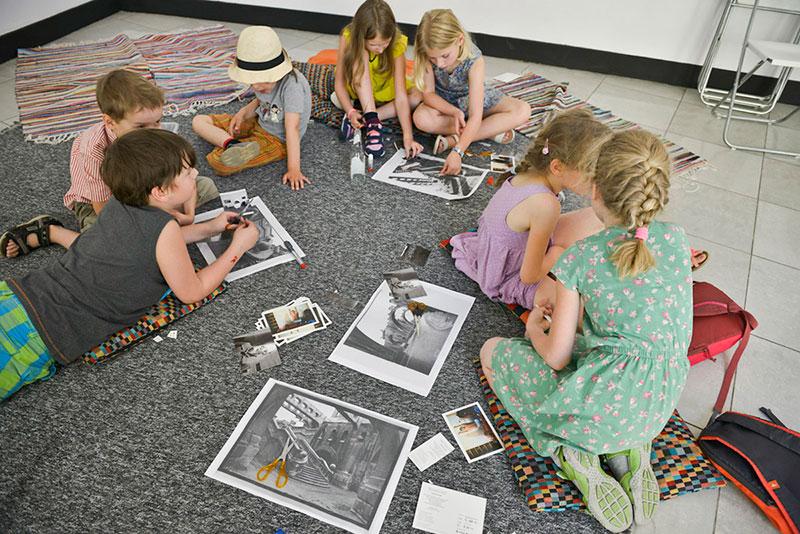 dzieci oglądają fotografie