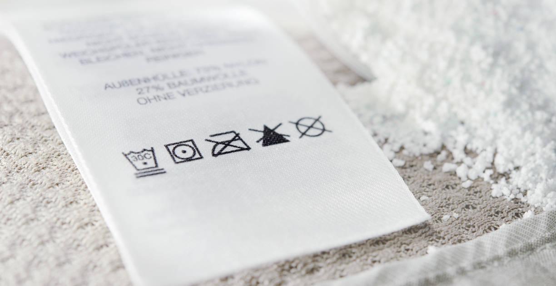 Znaki prania, suszenia i prasowania. Jak czytać oznaczenia na metkach odzieżowych?