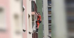 czterolatka wezwała pogotowie. Lekarz wspiął się po kracie na balkon