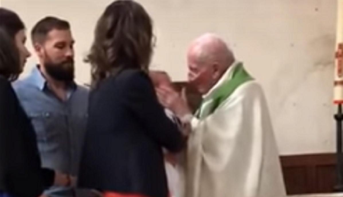 Ksiądz uderzył dziecko podczas chrztu. Internauci są w szoku!