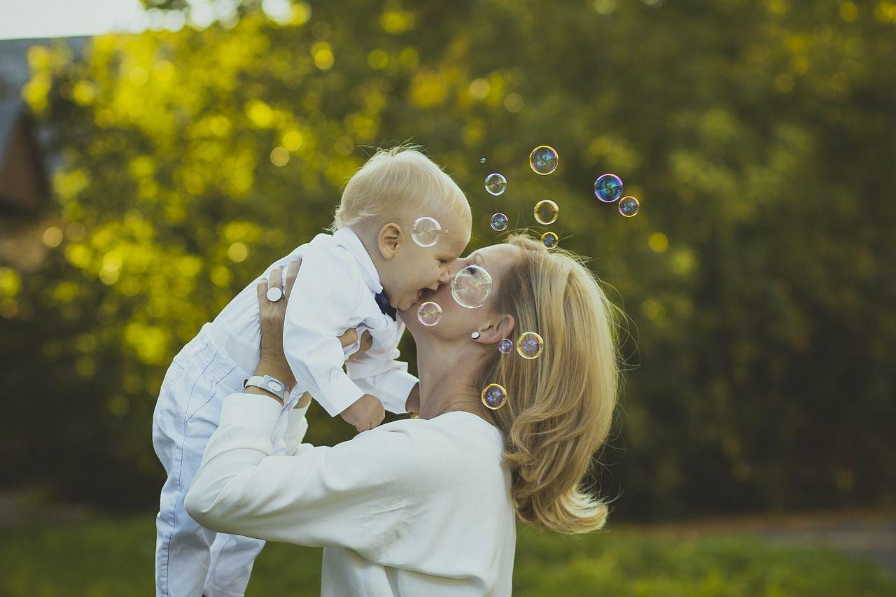Możesz otrzymać nawet 66 tysięcy zasiłku macierzyńskiego miesięcznie. W jaki sposób?