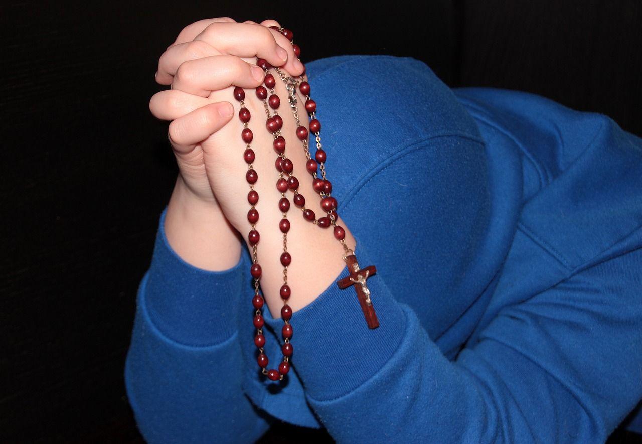 Dzieci zmuszane do całowania relikwii? Rodzice oburzeni