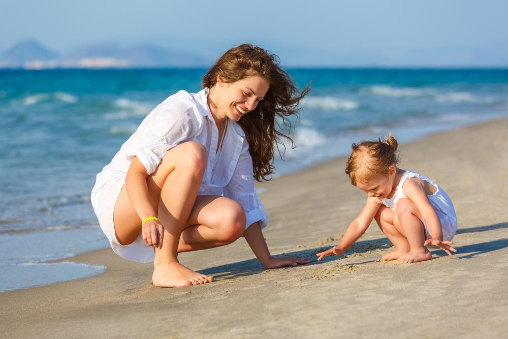 Te 5 trików zapobiegnie zagubieniu się dziecka na plaży pełnej ludzi