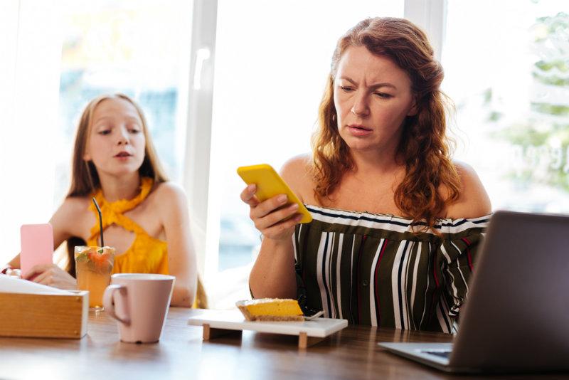 Spoglądasz na telefon podczas rodzinnych posiłków? To może wywołać u Twoich dzieci trwałe zaburzenia psychiczne