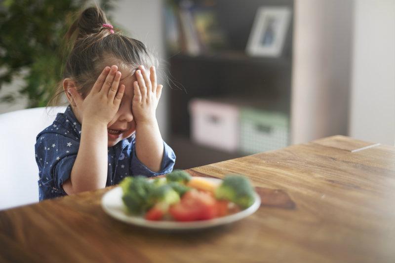Zmuszasz niejadka do jedzenia? To błąd! [badania]