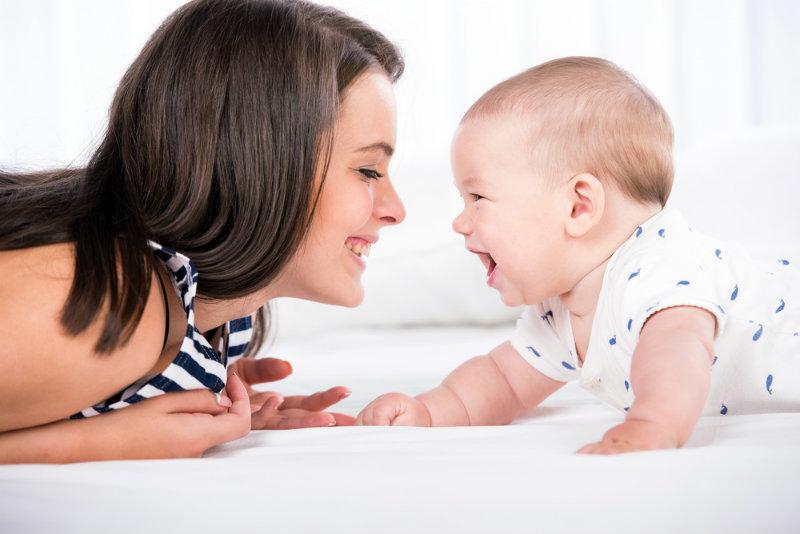 Czy moje dziecko rozwija się prawidłowo? Kompedium wiedzy o rozwoju dziecka w pierwszym roku życia