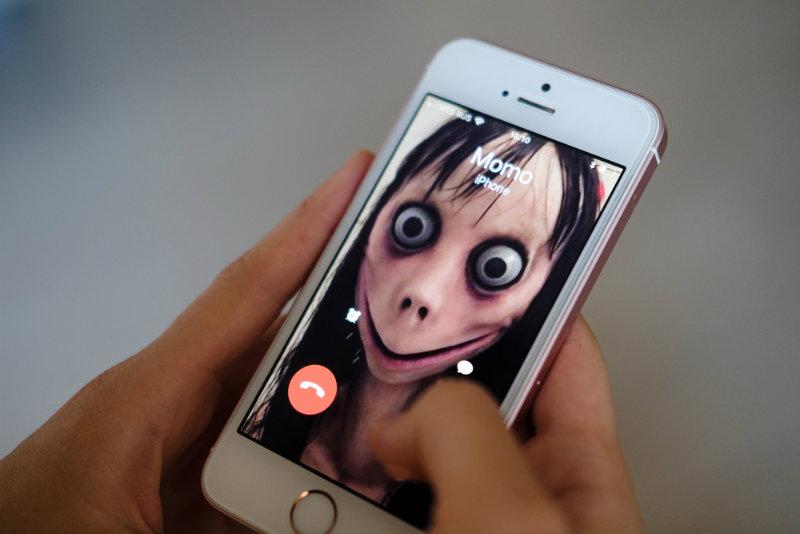 Dawno nic tak nie przerażało internautów! Lalka Momo namawia dzieci do samobójstwa