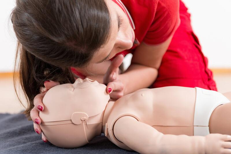 Zakrztuszenie niemowlaka: co robić, gdy dziecko się zakrztusi? [ZASADY PIERWSZEJ POMOCY]