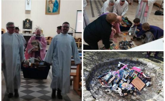 księża i ministranci palą książki