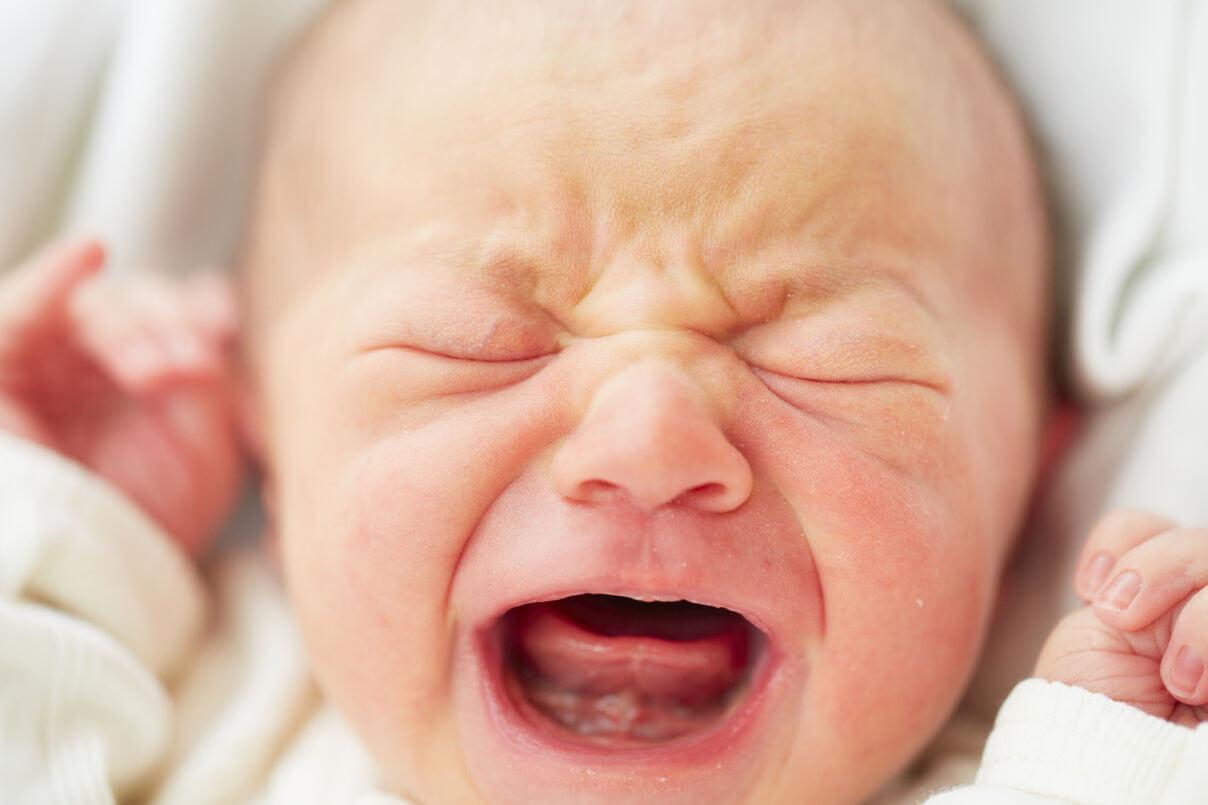 Dlaczego dziecko płacze przy karmieniu (butelką lub piersią)?
