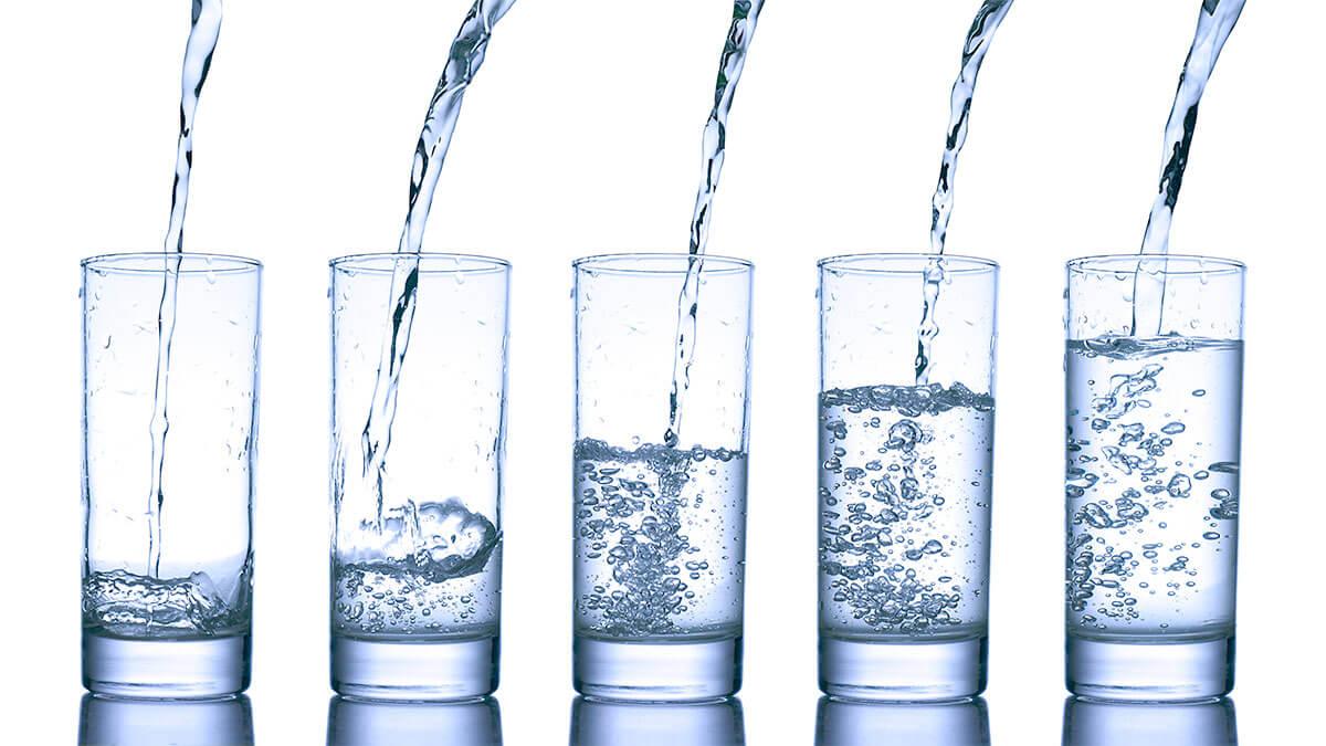 Woda gazowana w ciąży: Fakty i mity na temat picia wody gazowanej podczas ciąży