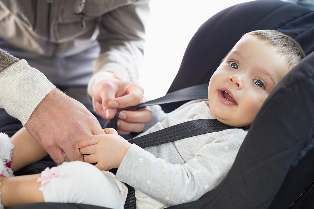 Przewożenie dzieci w foteliku w grubej kurtce może być niebezpieczne!