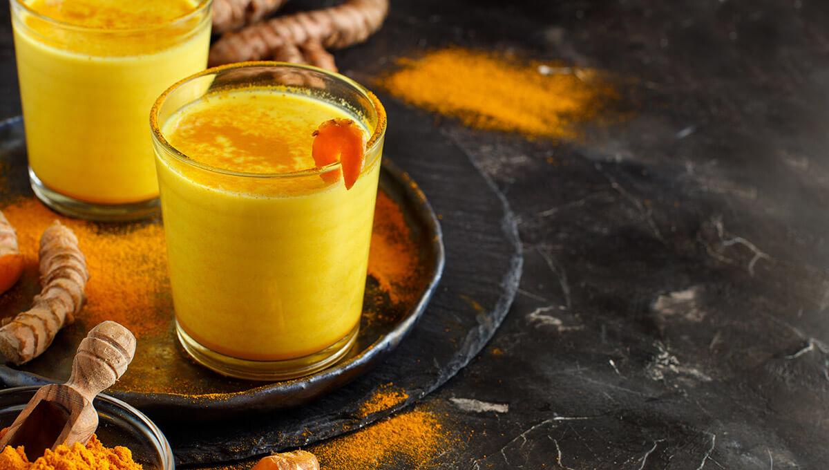 Złote mleko (golden milk), czyli mleko z kurkumą [PRZEPISY, WŁAŚCIWOŚCI]