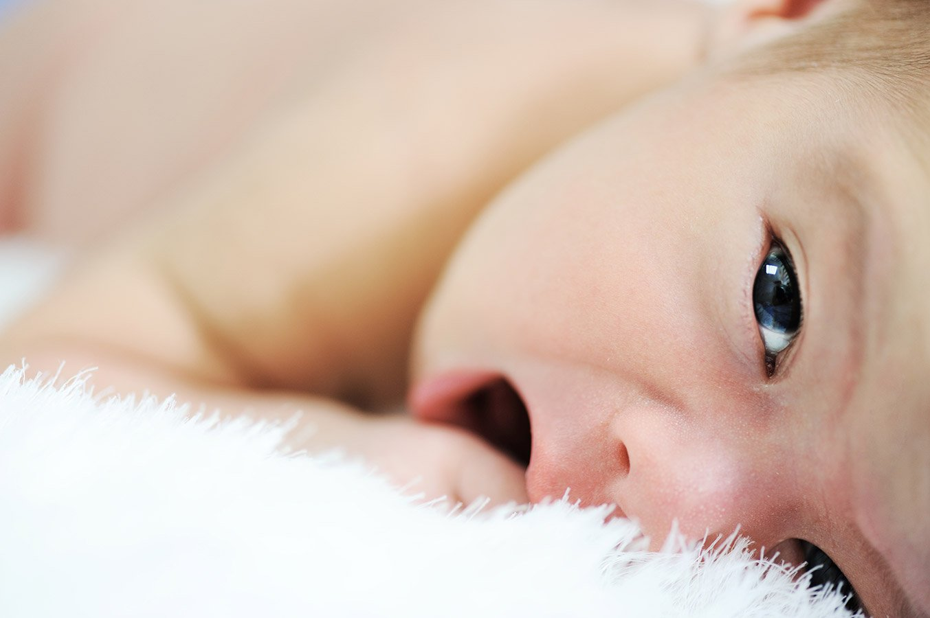 Niemowlę ulewa wodą? Kiedy ulewanie niemowlaka powinno niepokoić?