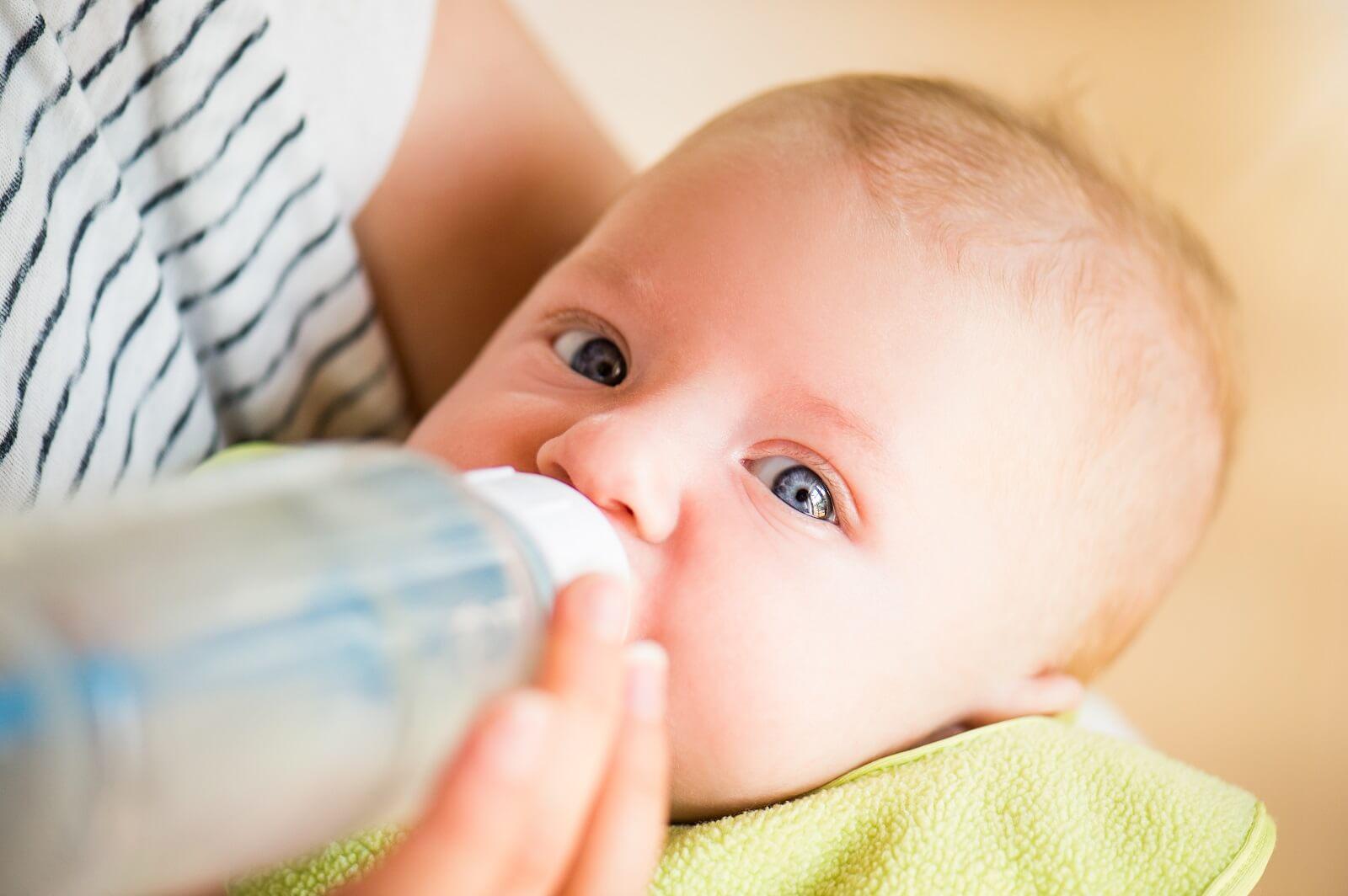 niemowlę ulewa wodą