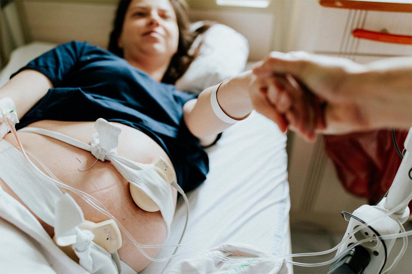 NFZ w czasie pandemii dopłaca 100 zł do porodów rodzinnych, ale nie wszystkie szpitale się na nie zgadzają