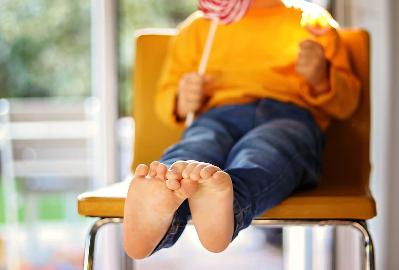 Żółta skóra na stopach lub dłoniach u dziecka