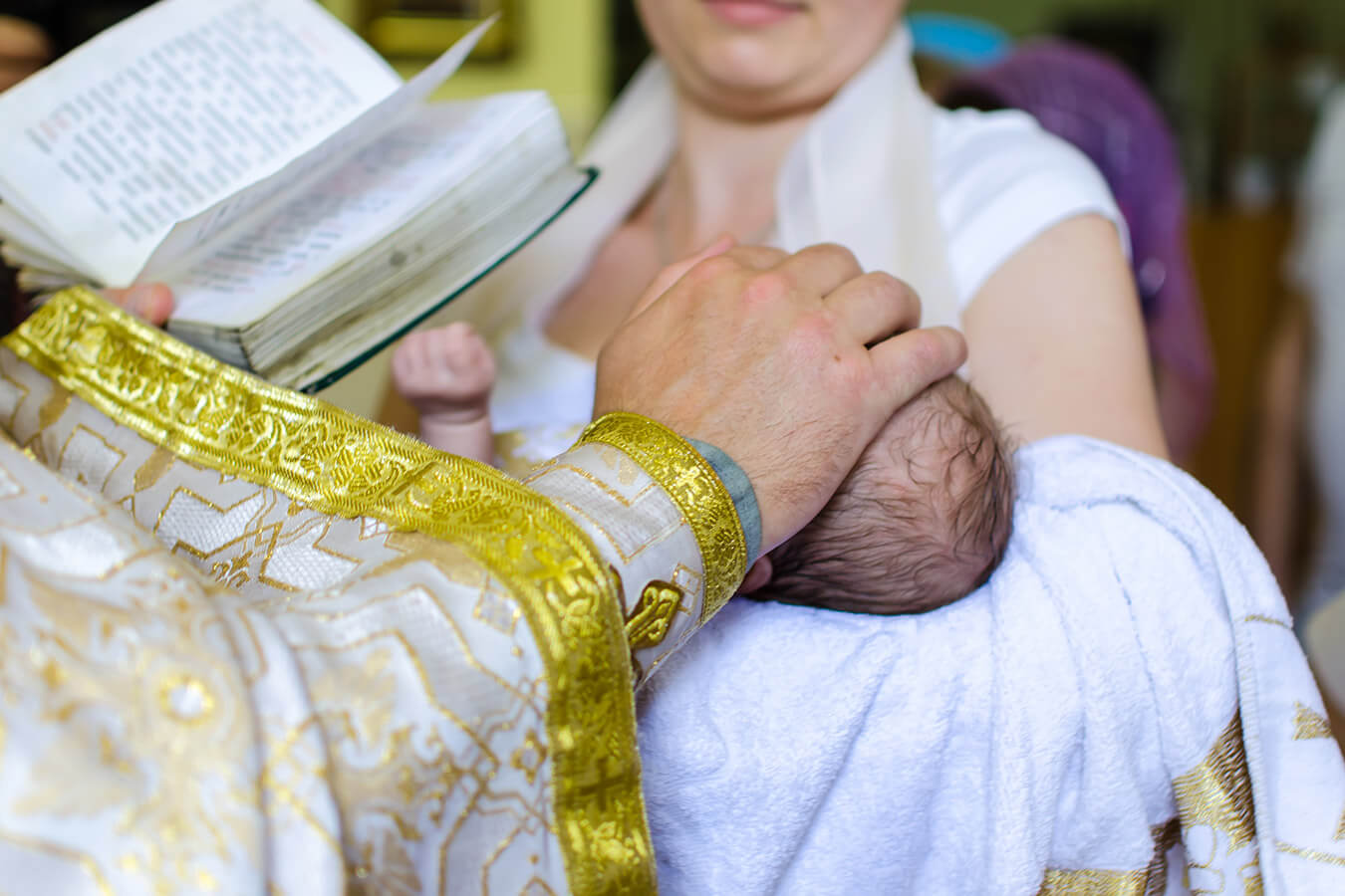 Kto trzyma dziecko do chrztu? Chrzest święty – zwyczaje i zasady