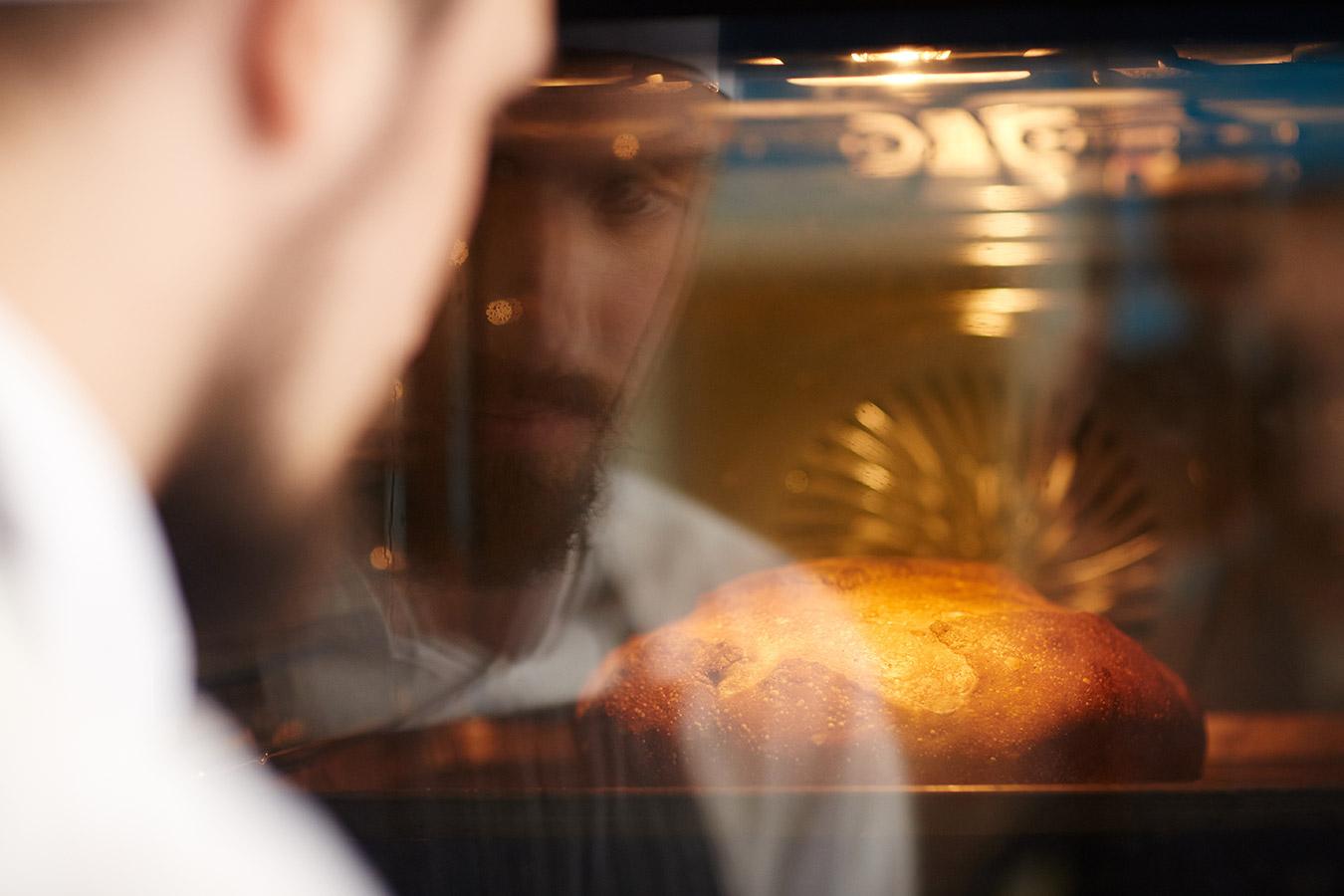 Jak upiec idealny chleb? Sprawdzone porady kulinarne dotyczące pieczenia chleba