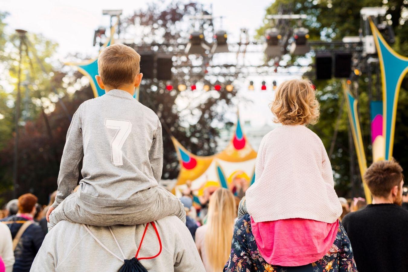 Lato za pasem: Czy to dobry pomysł, by zabrać dziecko na festiwal? Na co musimy zwrócić uwagę?