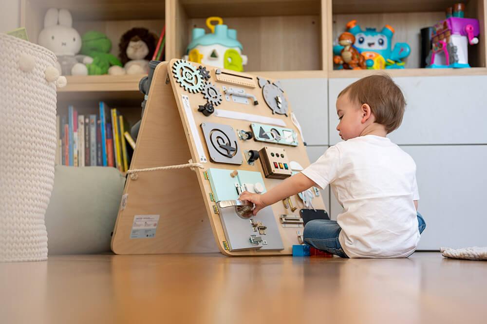 Przygody z tablicą manipulacyjną. Czy to dobry prezent na Dzień Dziecka?