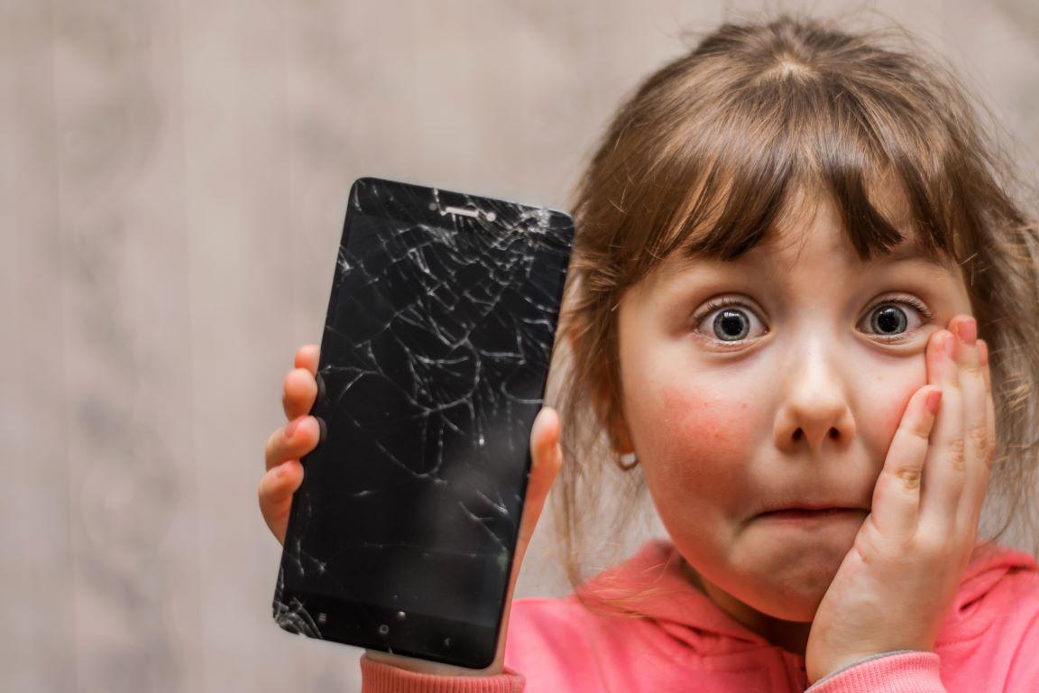 Czy opłaca się wymienić zbity wyświetlacz w telefonie dziecka?