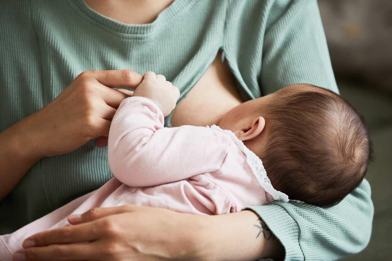 Guzek w piersiach podczas karmienia. Co oznacza? Czy jest groźny?