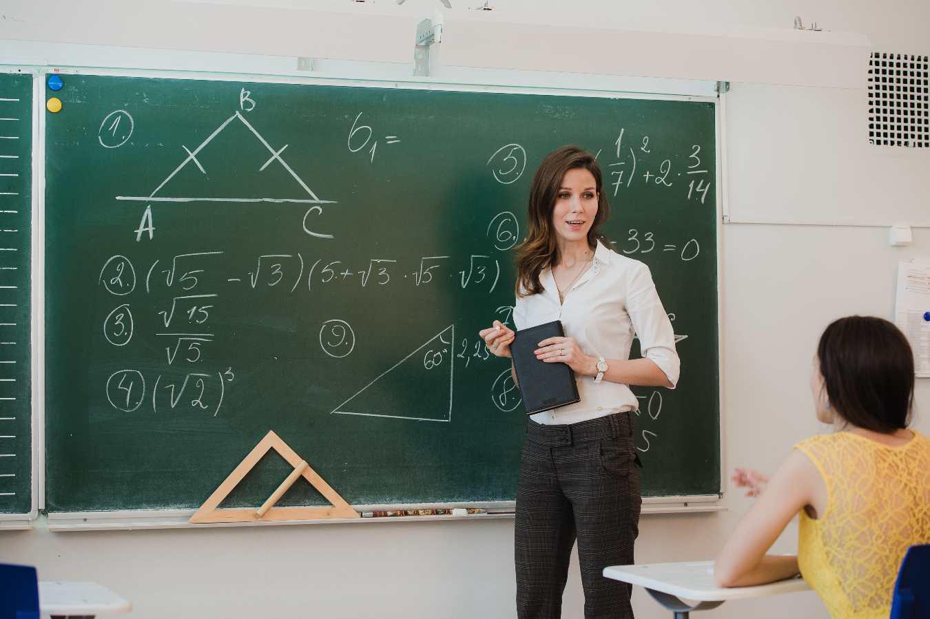 Ile wynosi nagroda na Dzień Nauczyciela? Wszystko zależy od dyrektora oraz wysokości budżetu.